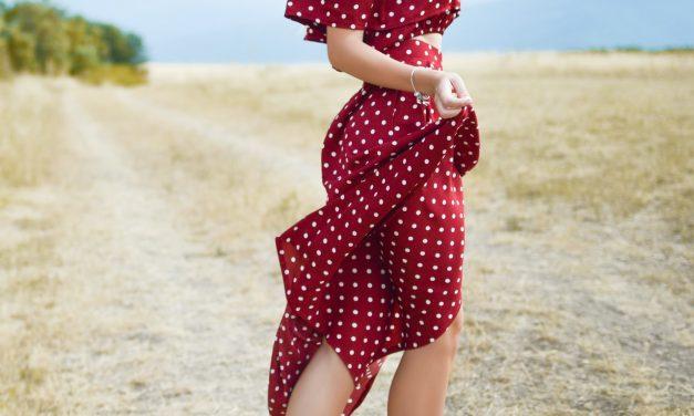 Jakie fasony sukienek letnich są dobre do pracy, na formalne przyjęcie i na wyjście z przyjaciółmi?